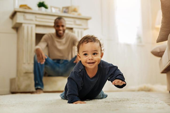 Als je baby begint te kruipen: denk aan de veiligheid